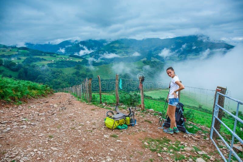 Trekker della ragazza nella campagna fotografia stock