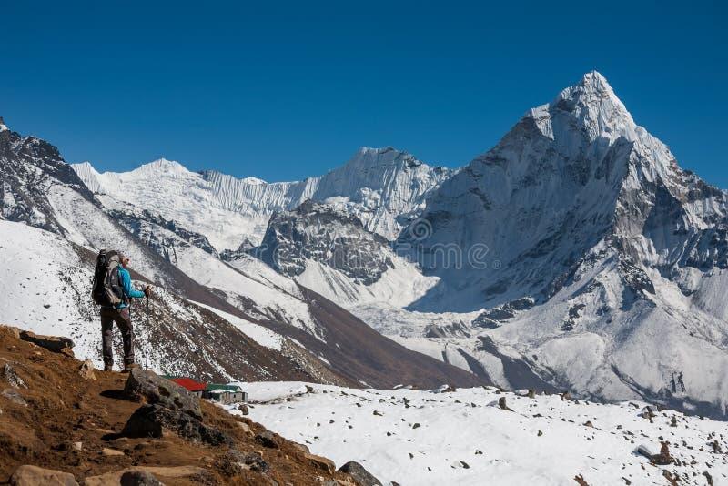 Trekker die Amadablam naderen zet in Khumbu-vallei op een manier op aan stock fotografie