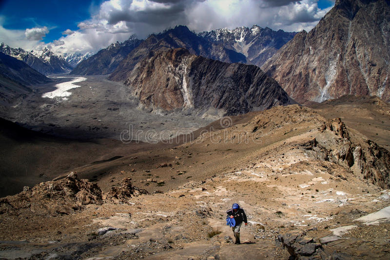 Trekker en Batura-Gletsjer stock afbeelding