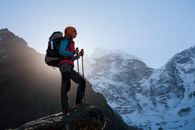 Trekker en el valle de Khumbu en una manera al campo bajo de Everest fotos de archivo
