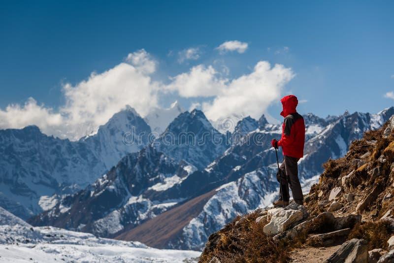 Trekker en el valle de Khumbu en una manera al campo bajo de Everest imagen de archivo libre de regalías