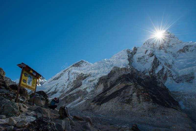 trekker gebruiks slimme mobiele telefoon die foto van meest everest berg nemen royalty-vrije stock foto