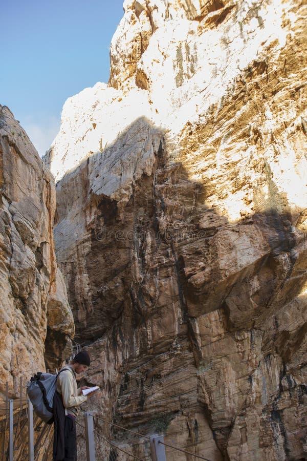 Trekker jonge mens die omhoog een kaart kijken stock fotografie