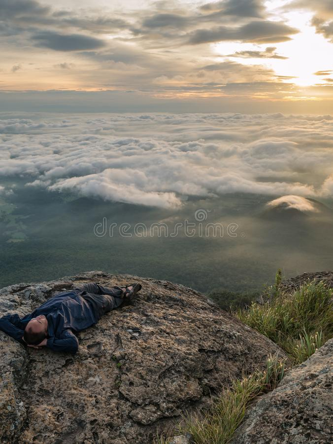 Trekker Kłaść puszek na falezie z Pięknym wschód słońca i morzem mgła w ranku na Khao Luang górze obrazy stock