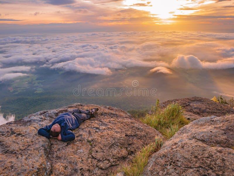 Trekker Kłaść puszek na falezie z Pięknym wschód słońca i morzem mgła w ranku na Khao Luang górze fotografia royalty free
