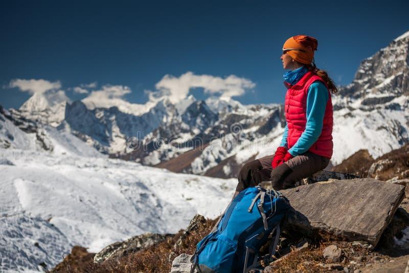Trekker in Khumbu-vallei op een manier aan Everest-Basiskamp stock afbeeldingen