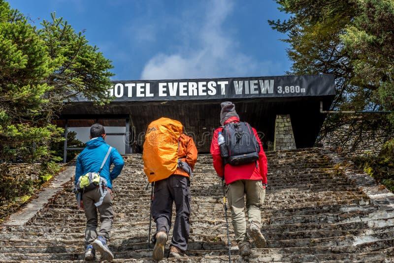 trekker marchant à la vue d'everest d'hôtel dans la région de voyage d'everest image libre de droits