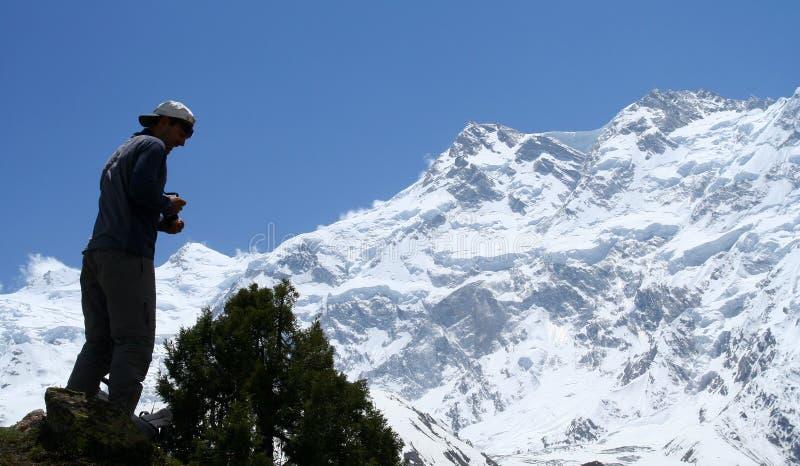 Trekker na frente de Nanga Parbat fotografia de stock royalty free