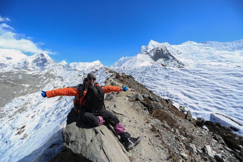 Trekker op gletsjer naast van meest everest basecamp van meest everest trek stock foto's