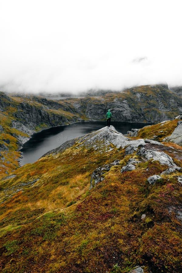 Trekker på den Munken bergslingan, Lofoten öar, Norge royaltyfri bild