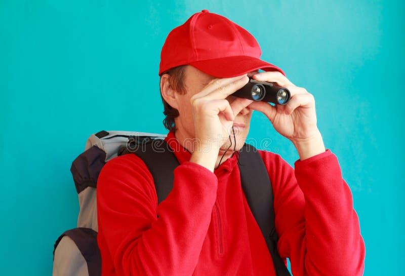 Trekker patrzeje przez jego lornetek podczas wycieczki zdjęcia stock