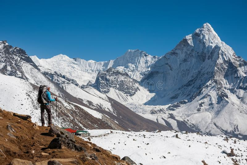 Trekker que aproxima a montagem de Amadablam no vale de Khumbu em uma maneira a imagens de stock