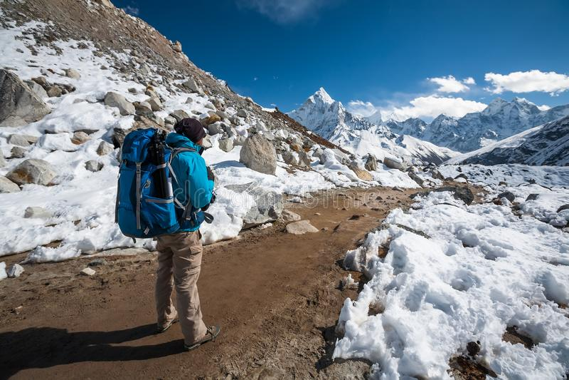 Trekker que aproxima a montagem de Amadablan no vale de Khumbu em uma maneira a imagem de stock royalty free