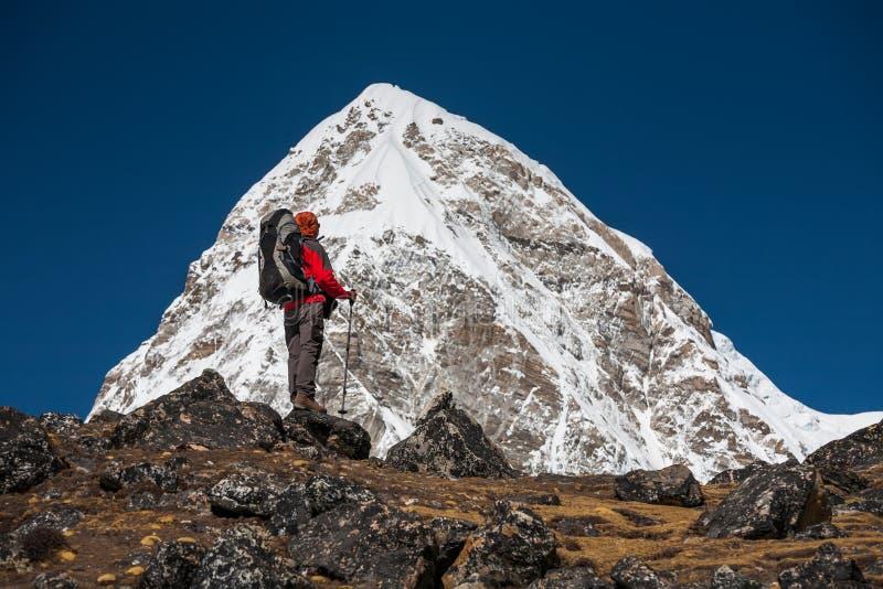 Trekker que aproxima a montanha de PumoRi no vale de Khumbu em uma maneira a imagem de stock