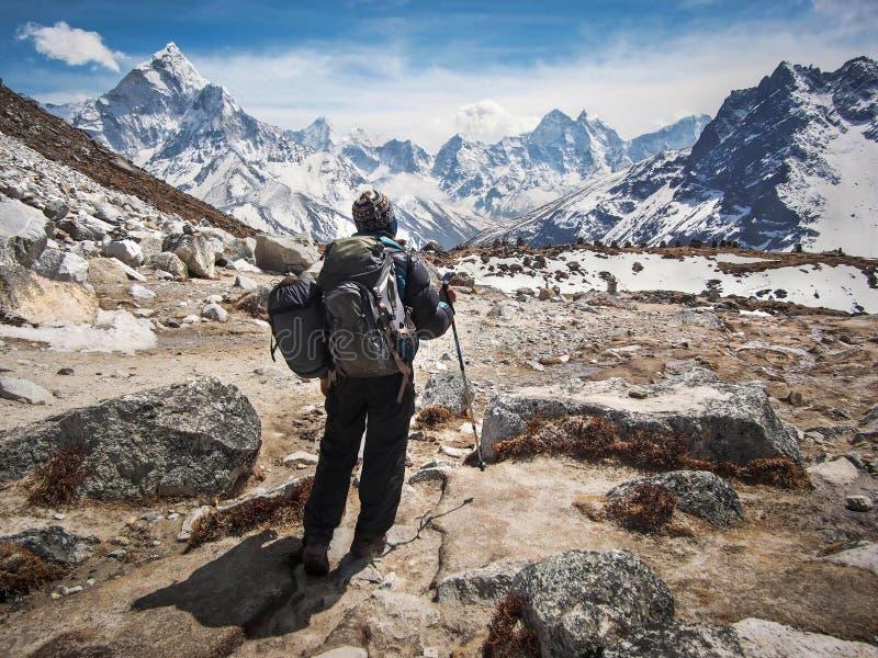 Trekker que camina el viaje del campo bajo de Everest en Nepal imagenes de archivo