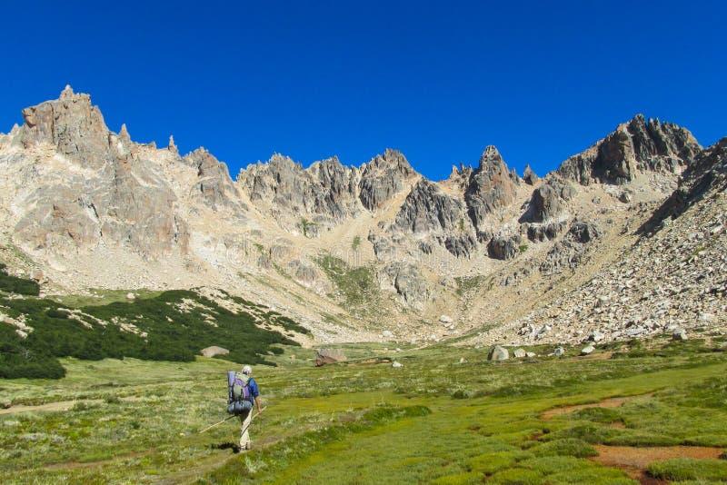 Trekker som går till roky bergskedja arkivbilder