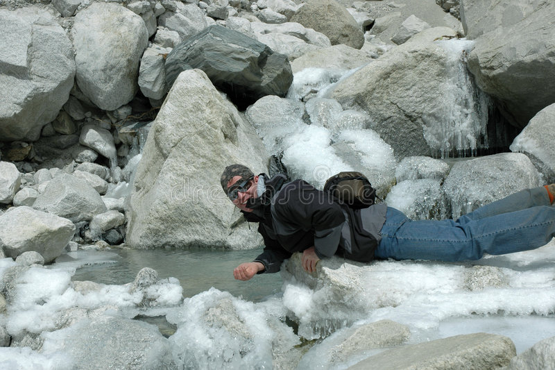 Trekker sur le glacier d'Everest (Népal Himalaya) image libre de droits