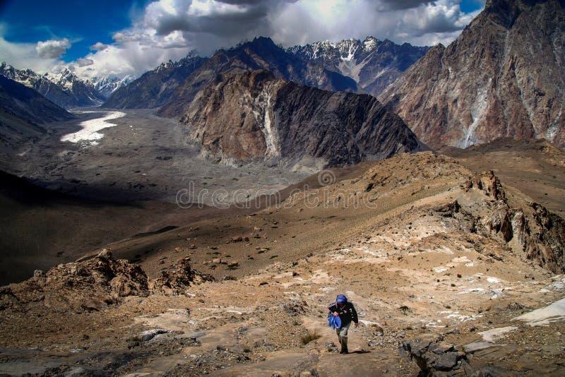 Trekker und Batura-Gletscher stockbild