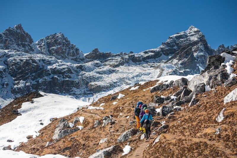 Trekker in valle di Khumbu su un modo al campo base di Everest immagine stock