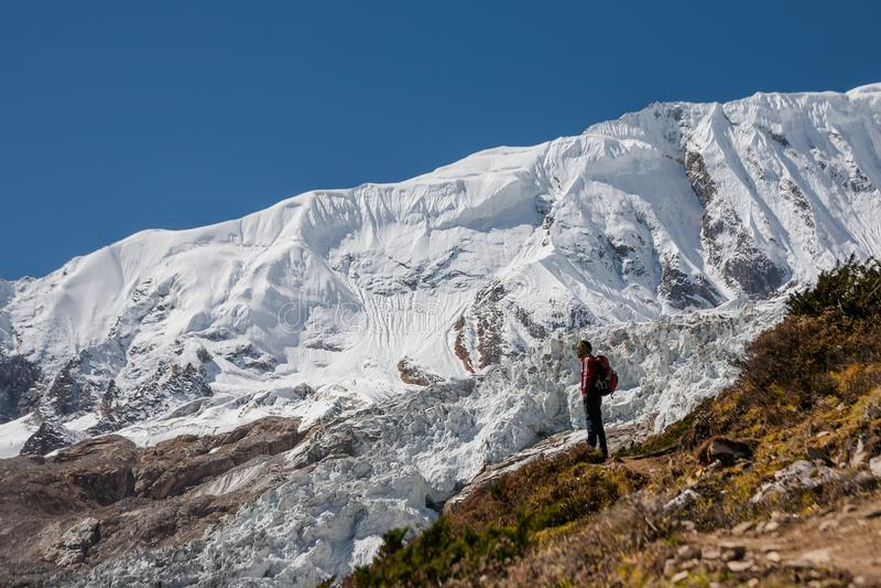 Trekker voor Manaslu-gletsjer bij Manaslu-kringstrek in N stock fotografie