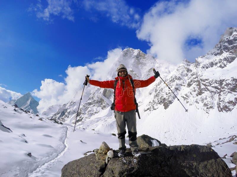 Trekker zwycięzca na wierzchołku, himalaje góry, mężczyzna trekker po wędrówki Everest Podstawowy obóz zdjęcie stock