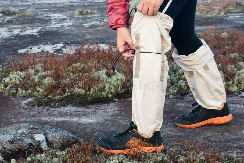 Trekkerförsökband och att knyta ett rep av anti--blodigel sockor royaltyfria foton