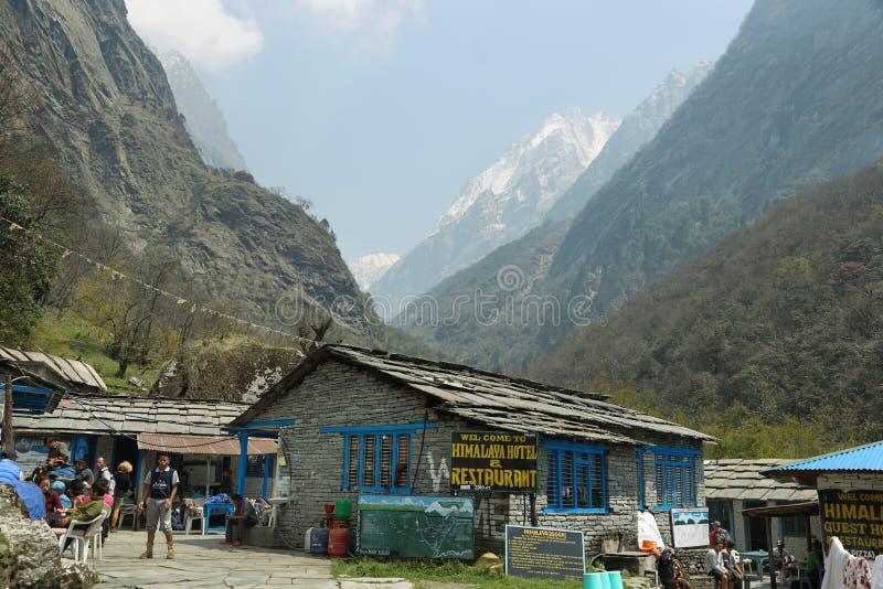 Trekkers отдыхая в деревне Гималаев стоковые изображения
