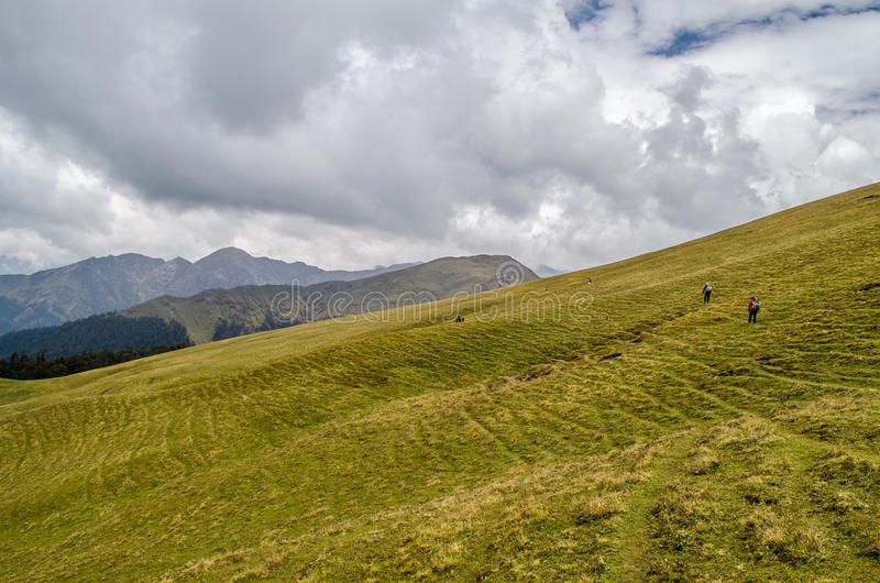 Trekkers пересекая Али Bugyal - трека Roopkund стоковое изображение