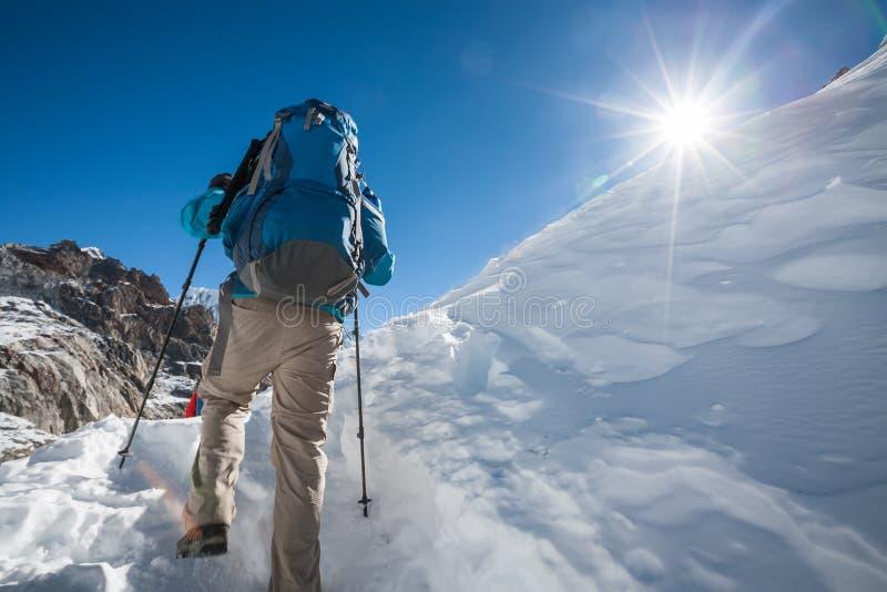 Trekkers пересекая Ла Cho проходят в зону Эвереста, Непал стоковые фотографии rf