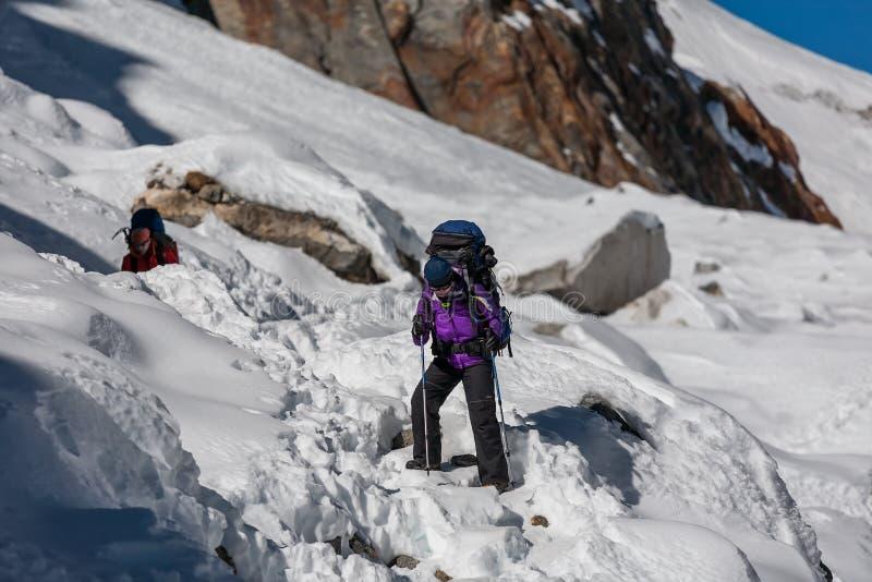 Trekkers пересекая Ла Cho проходят в зону Эвереста, Непал стоковые изображения