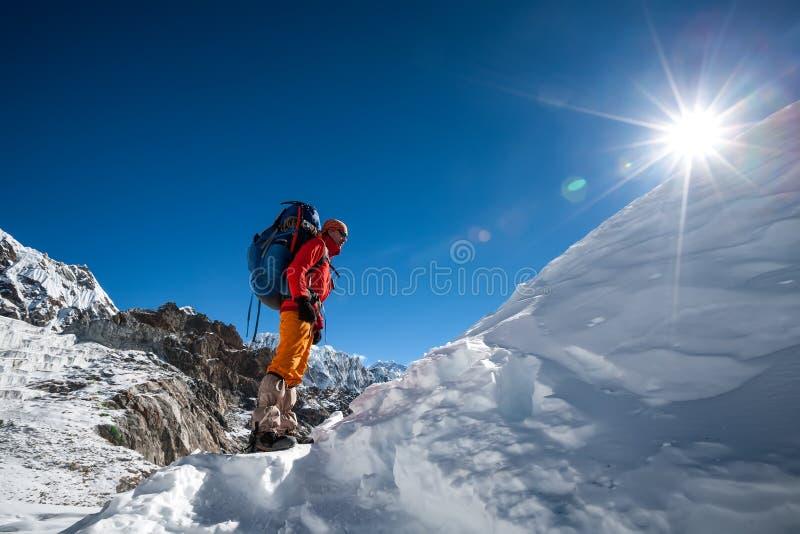 Trekkers пересекая Ла Cho проходят в зону Эвереста, Непал стоковая фотография