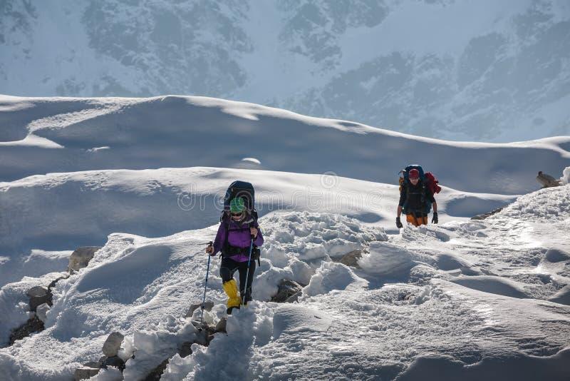 Trekkers пересекая ледник Gokyo в долине Khumbu на пути к Eve стоковая фотография