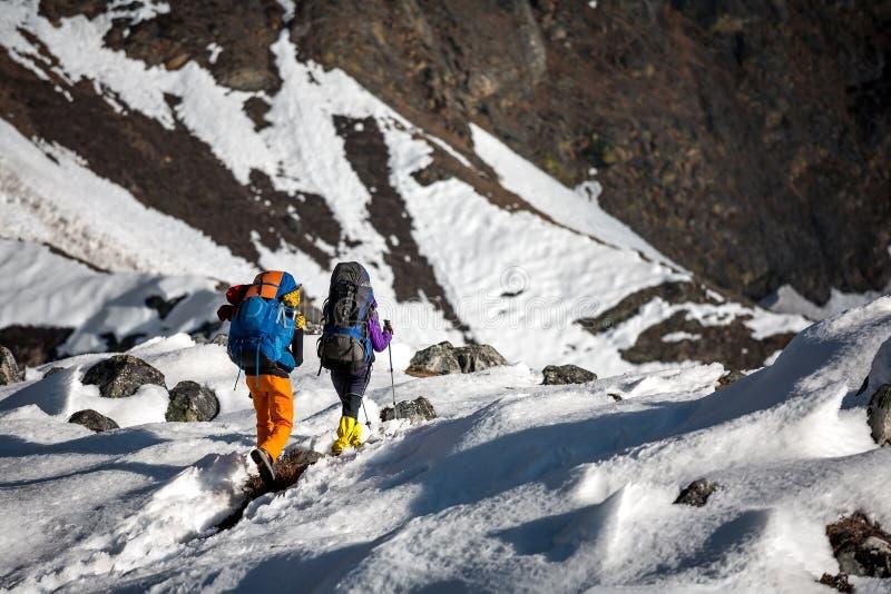 Trekkers пересекая ледник Gokyo в долине Khumbu на пути к Eve стоковые фото