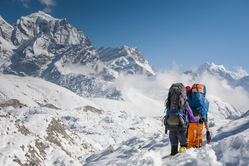 Trekkers пересекая ледник Gokyo в долине Khumbu на пути к Eve стоковое изображение