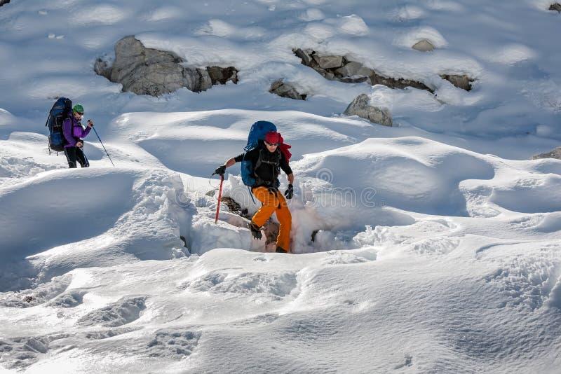 Trekkers пересекая ледник Gokyo в долине Khumbu на пути к Eve стоковые фотографии rf