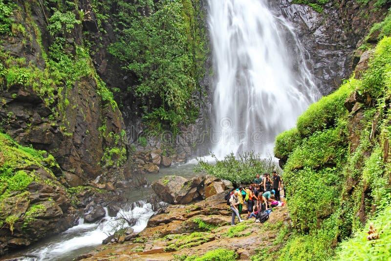 Trekkers aux cascades de Mynapi dans Goa image stock
