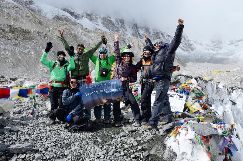 Trekkers bij eerste Everest-Basiskamp (5364 m), Nepal royalty-vrije stock foto