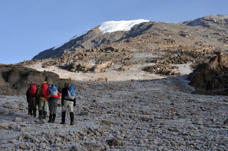 Trekkers bij onderstel Kilimanjaro stock afbeelding