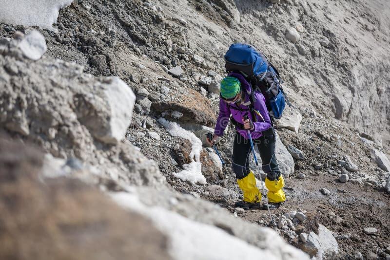 Trekkers che attraversano il ghiacciaio di Gokyo in valle di Khumbu su un modo ad EVE fotografie stock
