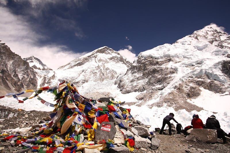 Trekkers che hanno resto nel campo base di Everest fotografia stock