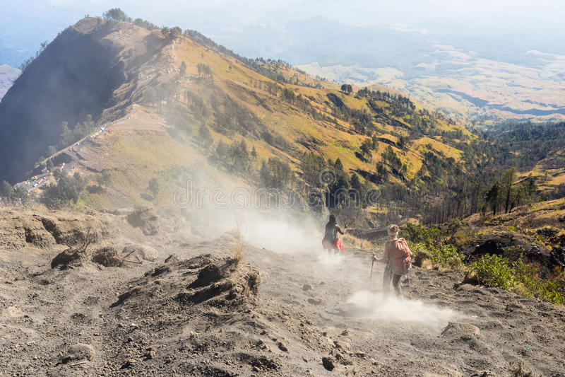 Trekkers chodzą puszek od Rinjani szczytu szczytu, Rinjani góra obraz royalty free