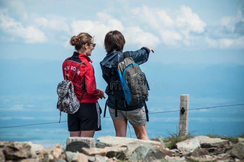 Download Trekkers Con Lo Zaino Che Guardano Montagna Panoramica Abbellire Immagine Stock Editoriale - Immagine di collina, grande: 117980349