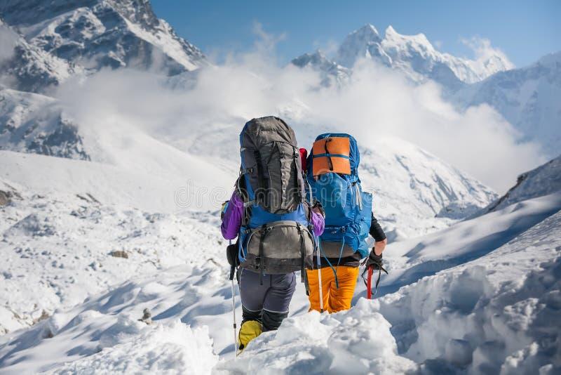 Trekkers, die Gokyo-Gletscher in Khumbu-Tal auf einer Weise zu Eve kreuzen lizenzfreies stockbild