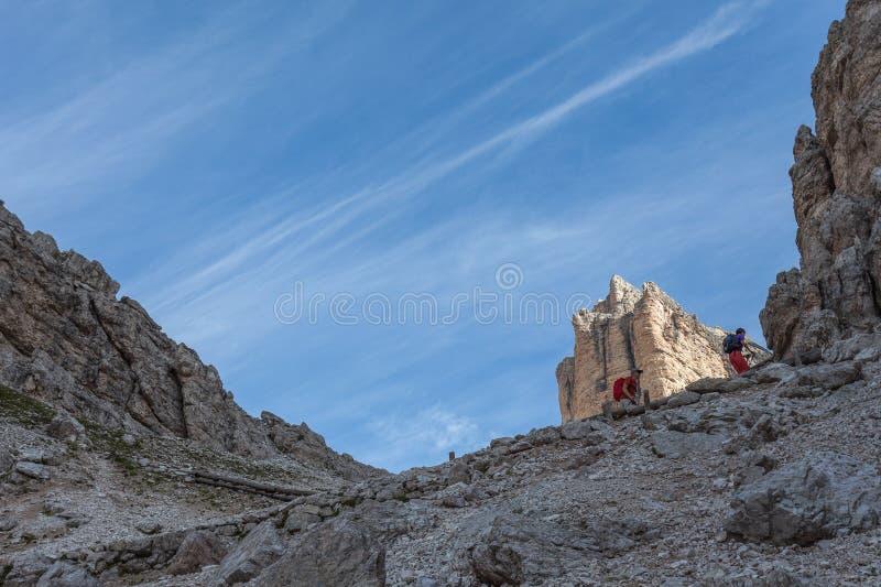 Trekkers, die in Richtung zu Fontananegra-Durchlauf im Tofane-Bereich aufkommen lizenzfreie stockfotografie