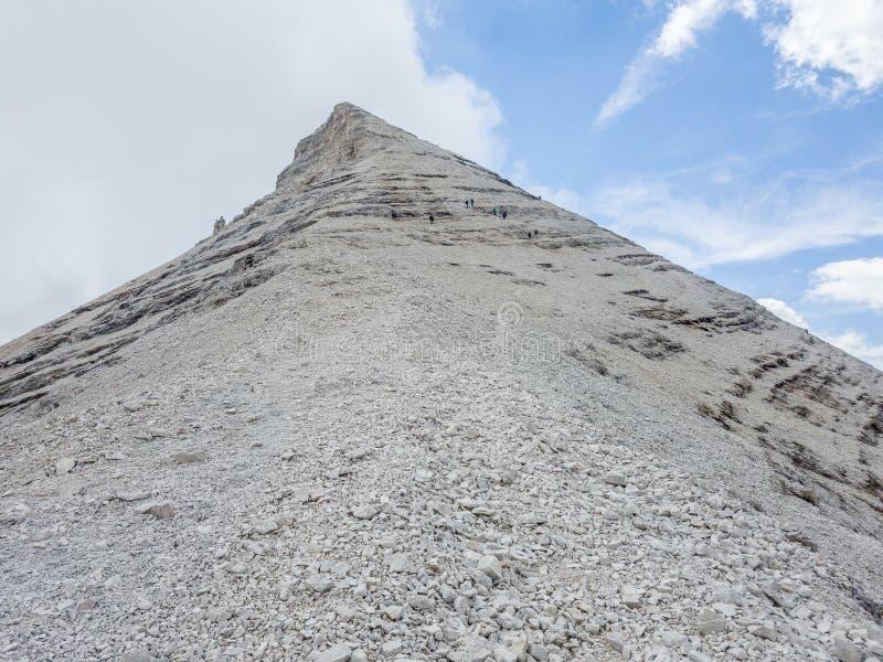 Trekkers, die in Richtung zu 3244 Metern des Tofana-Pyramidengipfels steigen lizenzfreie stockfotos