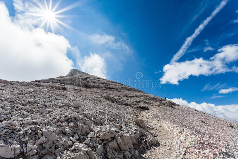 Trekkers, die in Richtung zu 3244 Metern von Tofana-Gipfel steigen lizenzfreie stockbilder