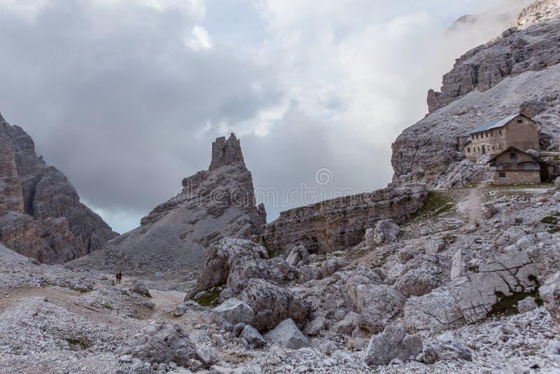 Trekkers entlang Weg nahe Gebirgshüttenruinen Olivo Sala lizenzfreie stockbilder