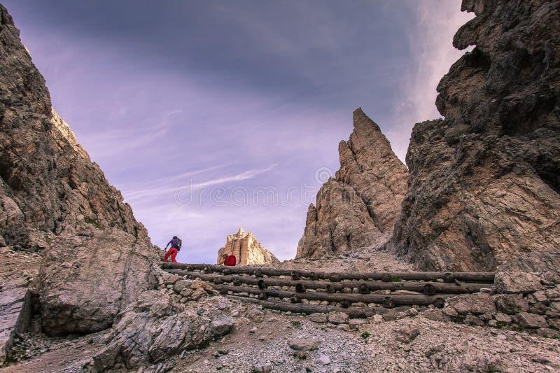 Trekkers entlang Weg in Richtung zur Giussani-Gebirgshütte im Tofane-Bereich, Dolomit stockfotografie