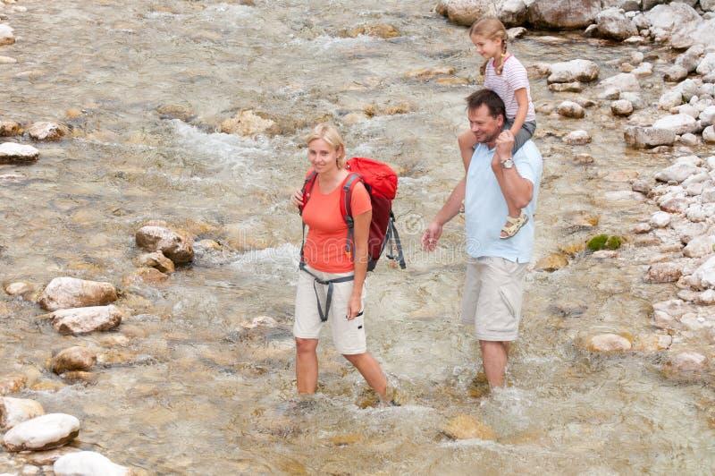 Trekkers - familia en viaje foto de archivo