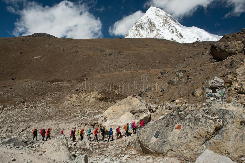Trekkers marchant sur le chemin de Gorakshep au camp de base d'Everest photos libres de droits